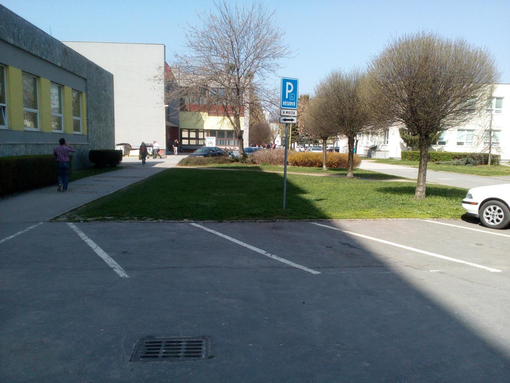 Parkovacie miesta v areáli univerzity